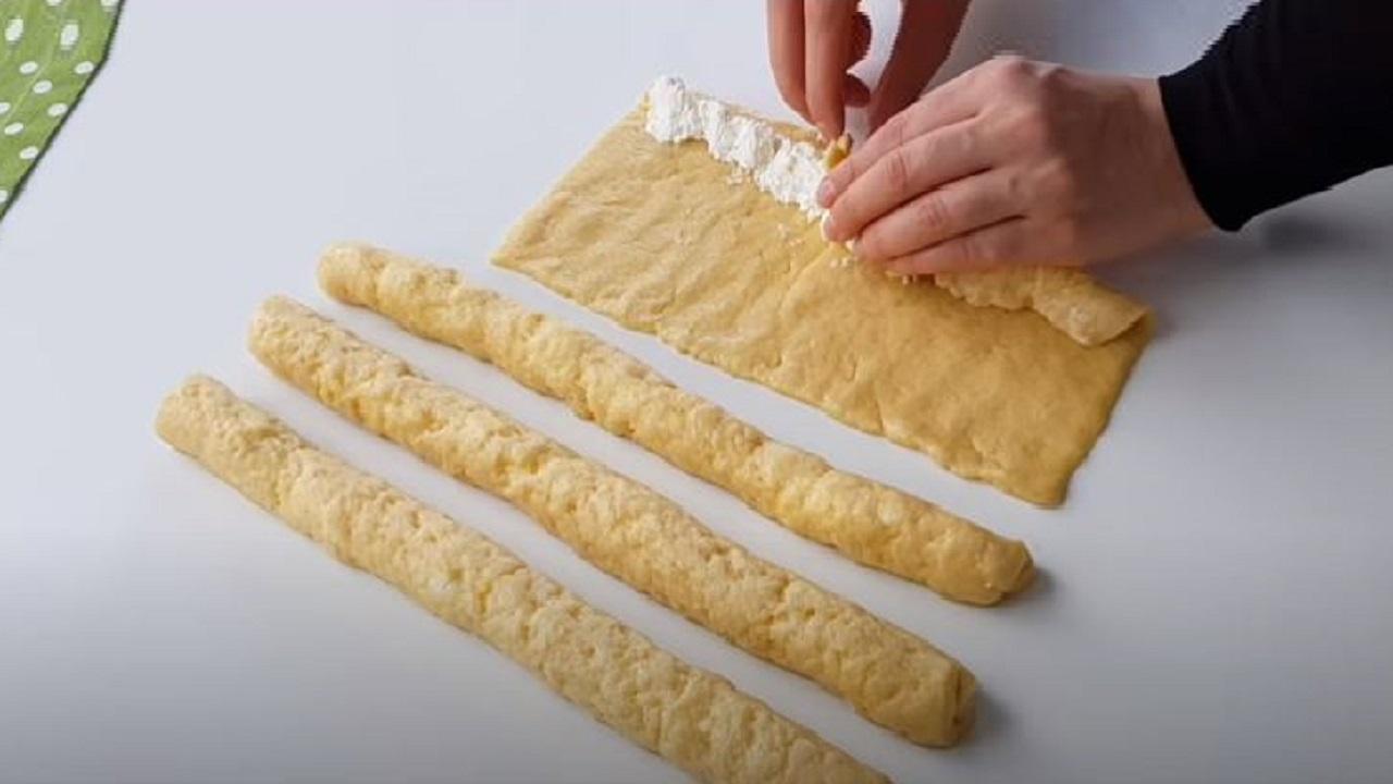 Peynirli Dillerde Dolaşacak Tuzlu Kurabiye Tarifi 1